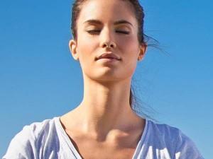 Frau entspannt siich durch autogenes Training