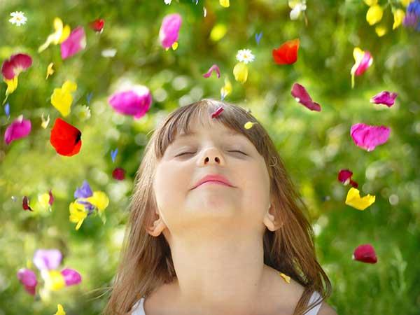 entspanntes Kind genießt herabfallende Blüten