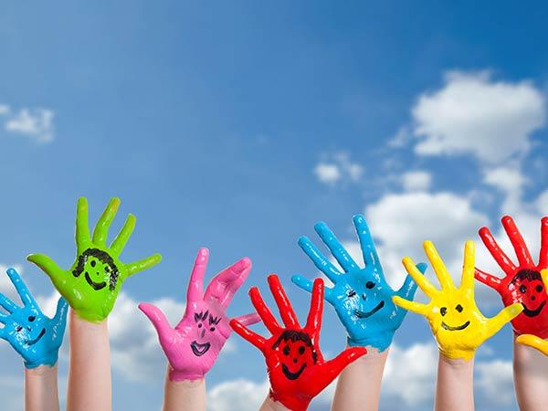 Hände mit bunten & lustigen Gesichtern