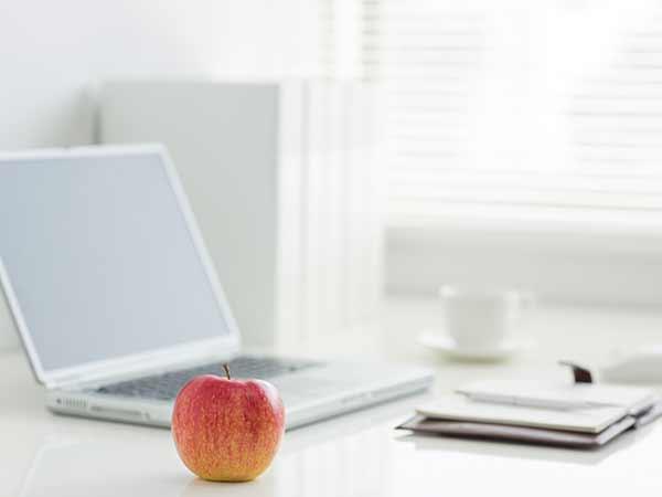 Apfel am Schreibtisch