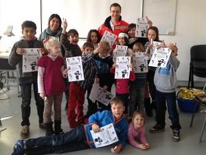 Kinder beim Erste Hilfe Kurs mit Urkunden