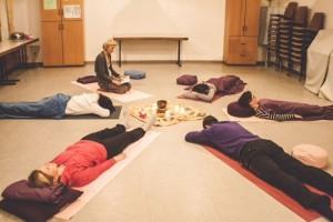 Gruppe bei Klangschalen-meditation