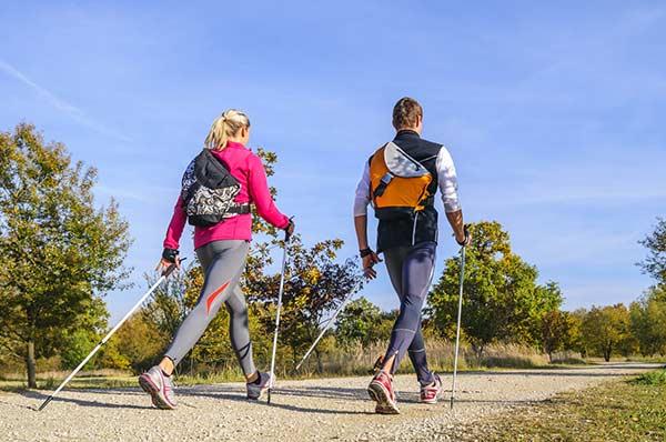 Menschen beim Nordic Walking mit Stöcken