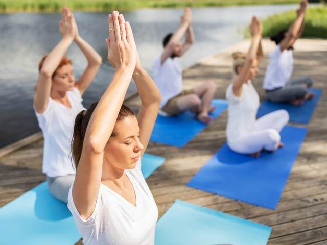 Gruppe beim Pilates unter freiem Himmel