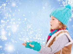 Kind freut sich über Schneeflocken