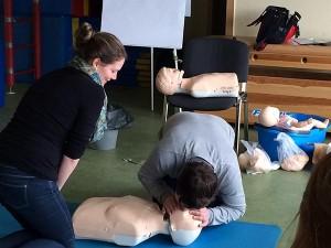 Erste Hilfe: Beatmung der Puppe