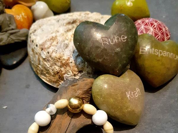 Steine mit den Worten Ruhe, Entspannung, Kraft